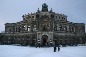 Semperoper mit Schnee